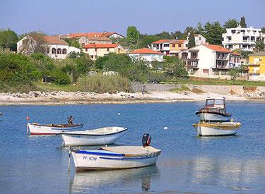 Fischerboote vor der Küste Pula